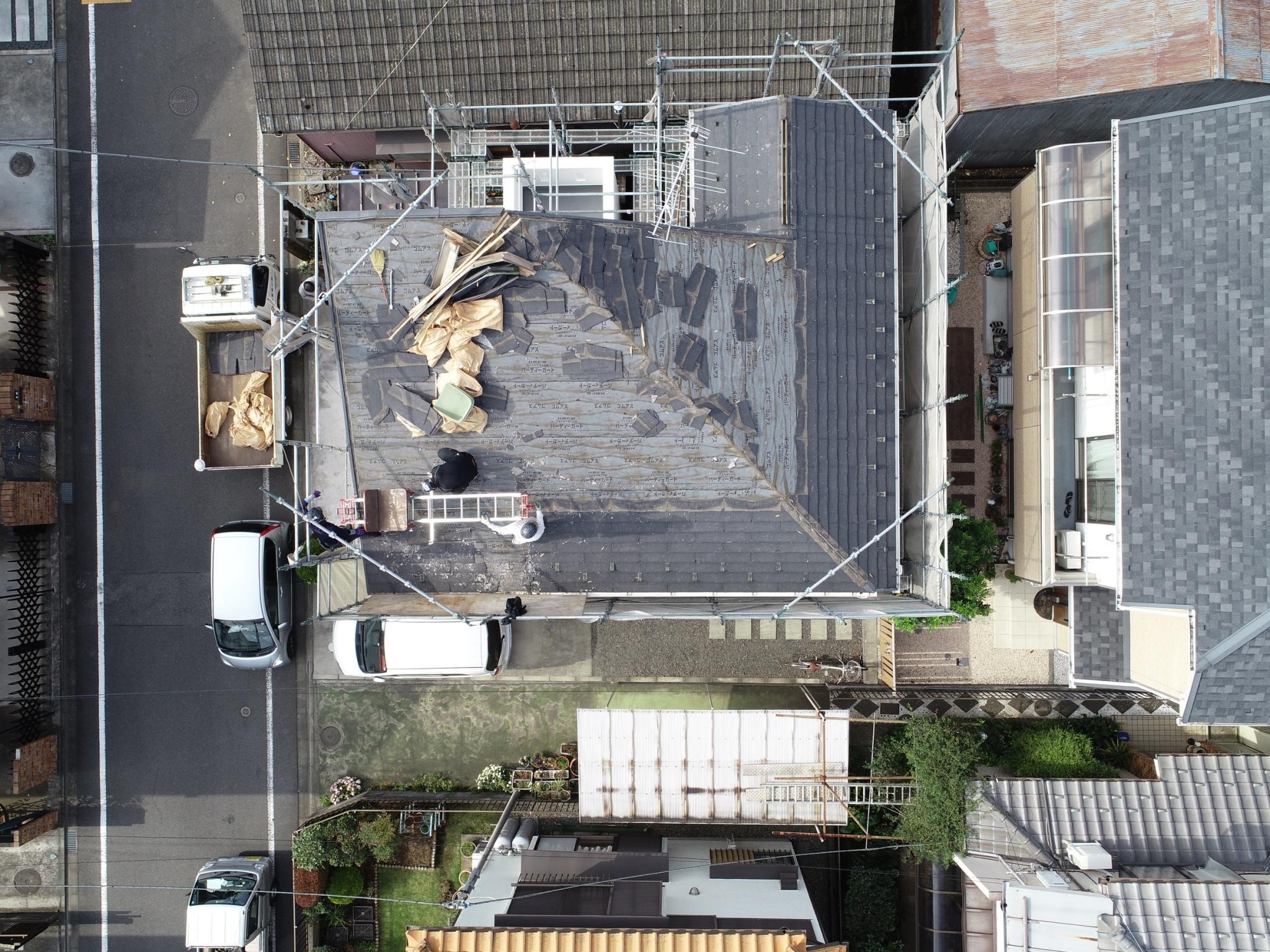 屋根の工事中を空撮
