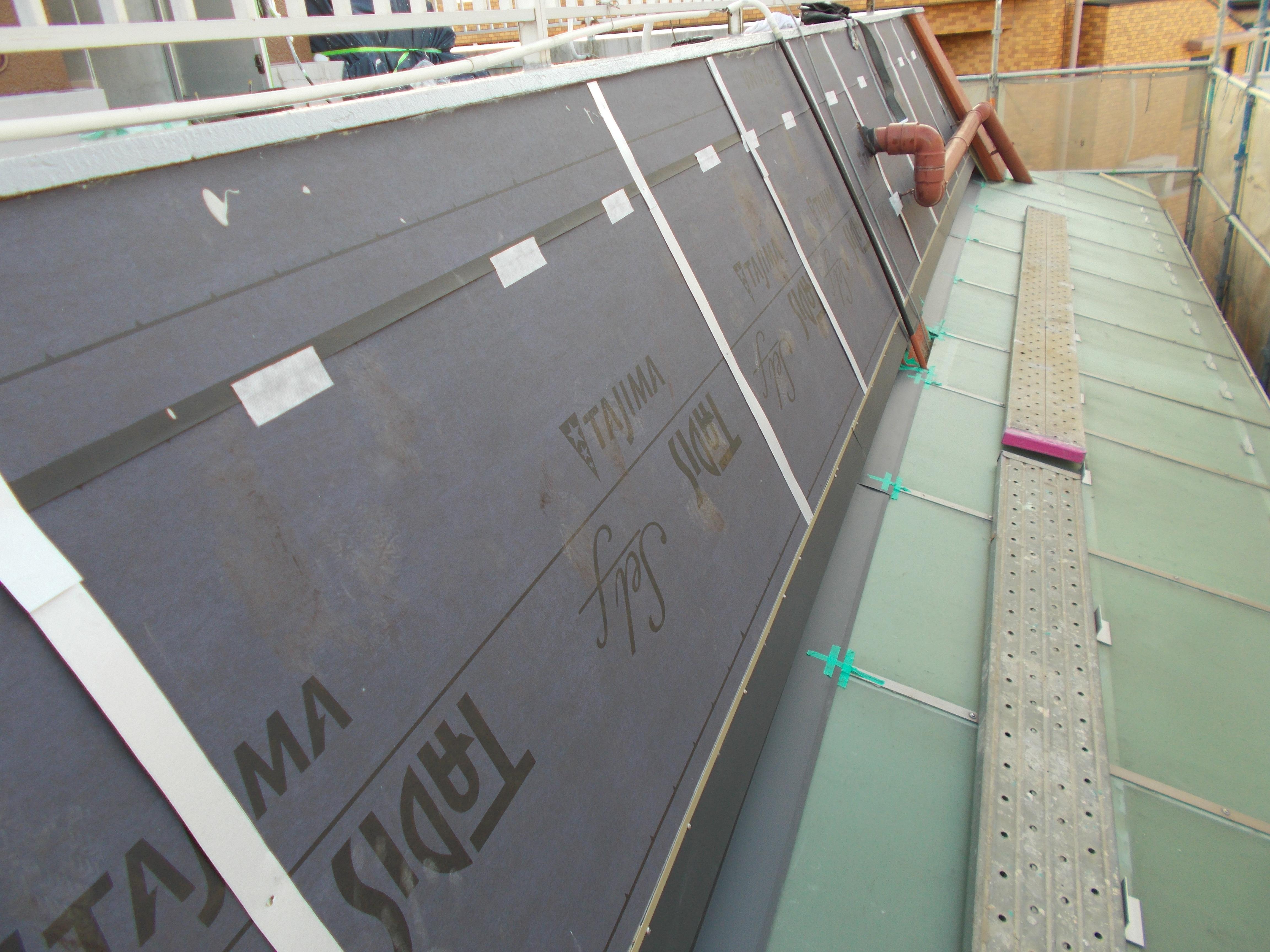 斜壁の化粧に金属屋根